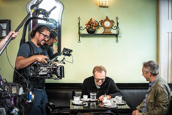 Josef Hader und Thomas Maurer beim Dreh im Cafe - Foto: Severin Wurnig